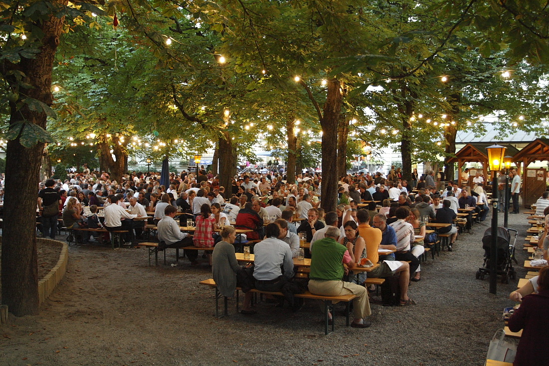 Biergarten studenten reis München bier biertafels avond