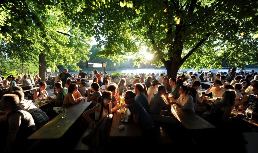 Biergarten studenten reis Oktoberfest München bier biertafels zon