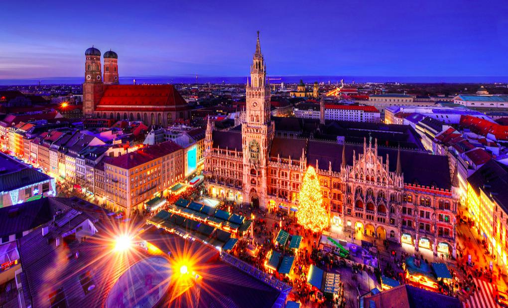 München stad in de avond oktoberfest